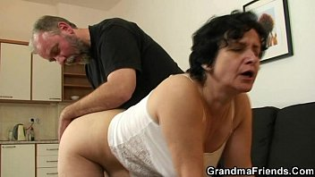 fucmom she gets her old hairy hole filled with two cocks