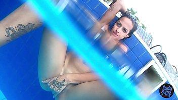 sex vidios lady milf fazendo aquele jogo de sensualidade na piscina