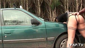 bonne cochonne sodomisee sur le capot de la china xxx voiture avec papy voyeur