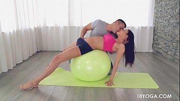 gostosa e safada de shortinho xxxvideoporn no yoga acaba em sexo