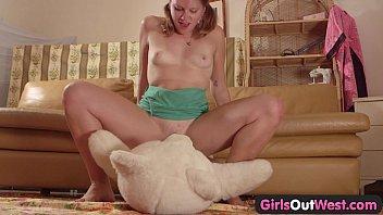 girls out west - amateur cutie fucking a xnxxx teddy bear