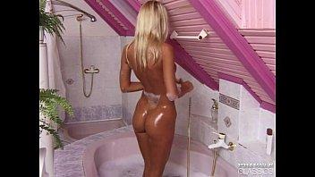 magdalena enjoys anal sex sxevidoes in the bath