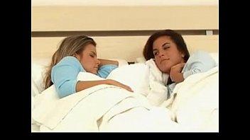 lesbians xxnnxx play in bed