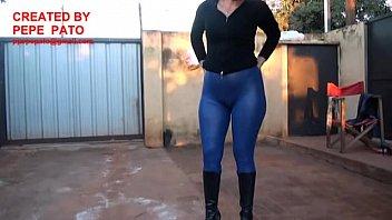 chica con xxxhamter calza engomada azul y botas altas