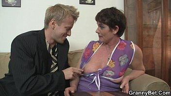 old mom spreads her massagevidz legs for hard cock