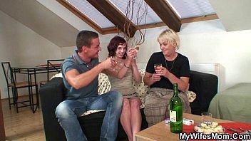 mujeres bailando desnudas boozed granny seduces her son in law