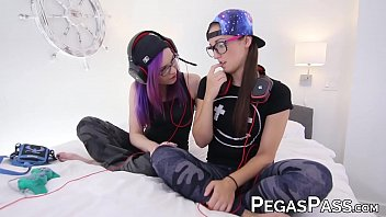 dyke xxx vide gamer mia luna fingered during oral funtime