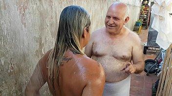 vovo dando banho na novinha que conheceu na praia paty tedtub bumbum - vovo doidera - el toro de oro
